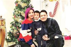 刘德华自拍耍帅 刘嘉玲与圣诞树斗漂亮