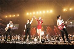 林志玲扮圣诞女郎 现身助阵五月天演唱会
