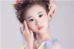 《华文新生代》栏目童星何羿霏弘扬中华文化 共筑美丽七彩梦