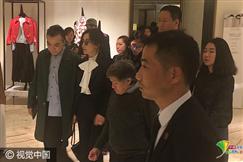 刘嘉玲携妈妈与梁朝伟聚餐 精致西装显女王范儿