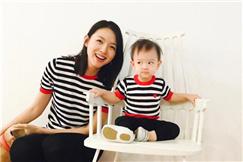 张梓琳与女儿亲子照甜蜜温馨 胖妹头发冲天超呆萌