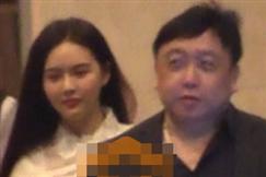 王晶被曝约会神秘美女 亲密搂腰共进晚餐