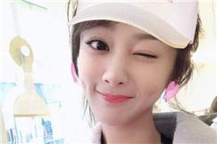 杨紫晒自拍变身粉红小兔子 对镜头眨眼俏皮可爱