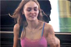德普18岁女儿露脐装秀蛮腰 赶飞机狂奔头发飞扬