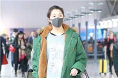 关晓彤又穿绿棉袄走机场 却撞脸这个脱口秀男明星