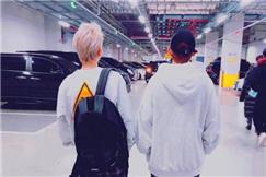 《金百利娱乐》EXO伯贤变小短腿委屈,XIUMIN拍照技术有待提高。