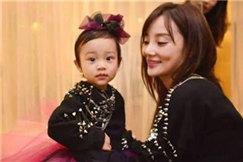 李小璐晒女儿玩桌游照片,5岁甜馨能用外语对话了?