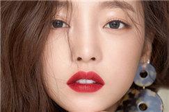 具荷拉登时尚杂志拍美妆写真 半熟风情魅力十足