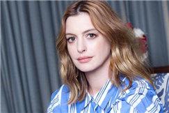 安妮海瑟薇最新写真出炉 妆容清新淡雅散发知性魅力