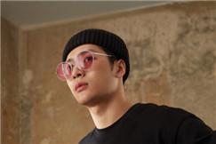 硬核少年王嘉尔的时尚法则:玩转太阳镜