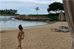 陈冠希带女儿沙滩度假 Alaia穿连体泳衣背影呆萌