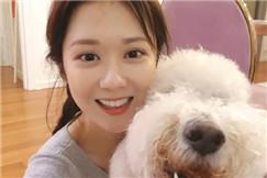 38岁张娜拉近照冻龄似少女 抱爱犬自拍笑容甜美