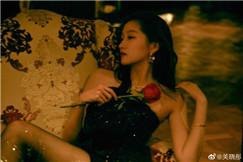 关晓彤穿抹胸裙配黑丝袜 手拿玫瑰秀长腿