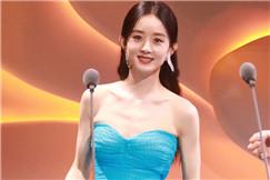 赵丽颖穿蓝色蛋糕裙秀完美肩颈线条