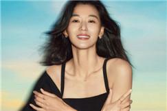 全智贤拍写真背景竟是假海水 穿吊带裙散发优雅魅力