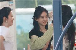赵丽颖回《中餐厅》与张碧晨同框 俩辣妈有说有笑